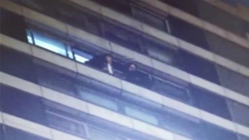 女子双脚悬空坐15楼欲轻生 民警徒手将其推回屋内