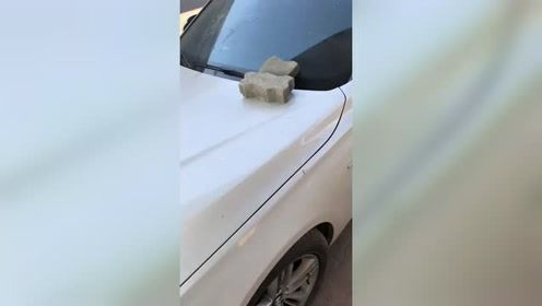 车上放了两块板砖,这是啥意思?
