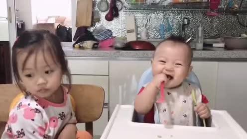 这个姐姐太有爱了!一脸温柔的喂弟弟吃饭!弟弟好开心啊