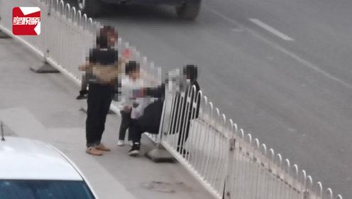 """如此""""榜样""""?两妈妈带孩子钻护栏横穿马路,车流中飞奔吓坏路人"""