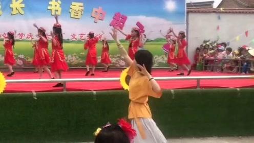 美女老师带领学生舞蹈表演走红网络,网友:想恋爱了!