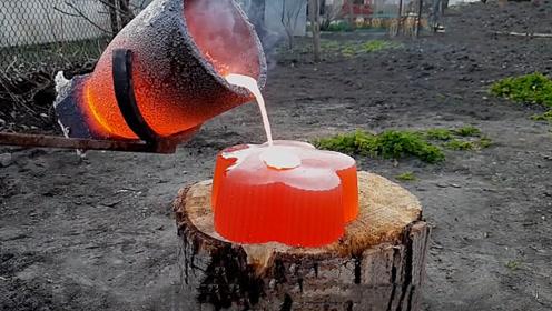 老外把1000度铜水倒在果冻上,结果会怎样?画面让人想不到!