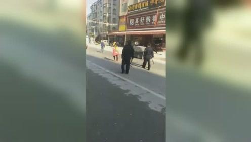 实拍:女子持菜刀当街乱挥舞 民警果断出手制服