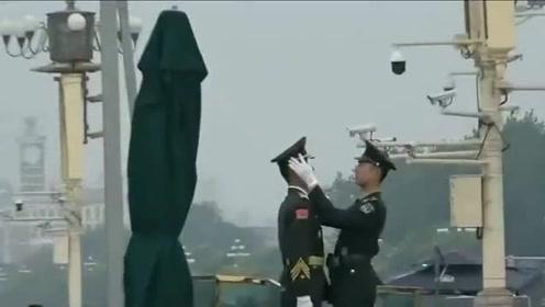 兵哥为站岗的国旗卫士整理军装,认真时的样子真帅!