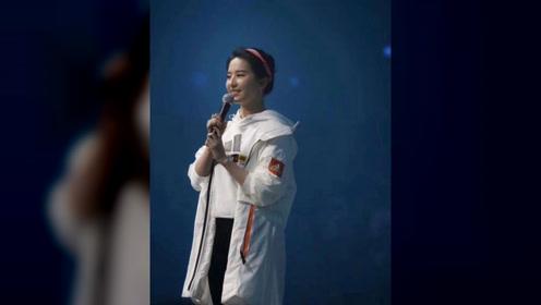 刘亦菲淡妆参加活动,台下观众故意开原相机,真实状态与路人一样