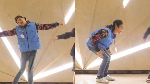 向佐搞笑演绎夹腿舞,全程跟不上节奏,画风太独特