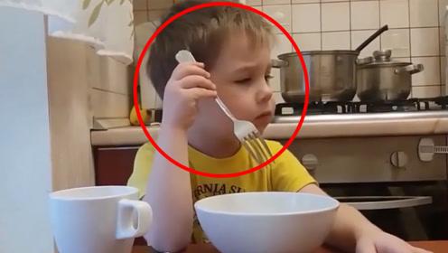 吃不完饭就不用上学了!男孩听到爸爸这么说后,竟开始了他的表演