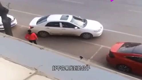 """侧方位停车遇上""""人才"""",不是拍下谁会相信,真是太逗了!"""