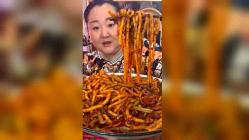 吃货胖姐新疆爆辣米粉开吃,这面真有食欲