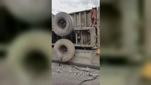大货车出车祸悬挂在大桥护栏上,老天爷眷顾,司机躲过一劫!