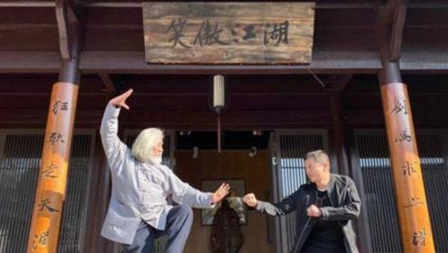 """李亚鹏张纪中""""笑傲江湖""""牌匾下合影 犹记当年令狐冲身影"""