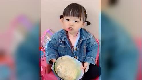 恬恬端着比脸都大的碗吃饭!小萌娃和妈妈的对话超可爱