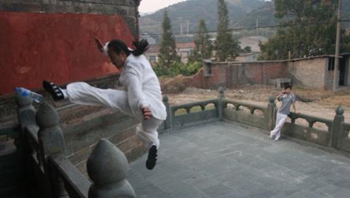 三步上墙不算什么!武当传人展示轻功,凌空踢飞4米高墙上水瓶!