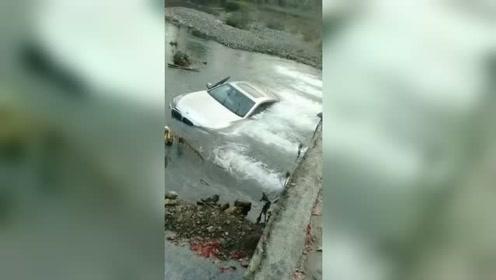 宝马车好久没洗了,今天开到河里洗一洗!