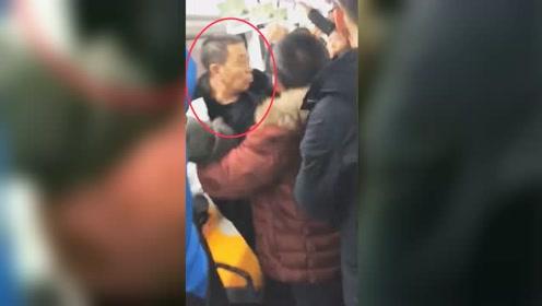 北京地铁一醉酒男追骂女子两节车厢 背后原因令人气愤