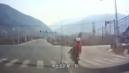 """摩托车""""神操作"""",乘客180度翻转,隔着屏幕都觉得害怕!"""