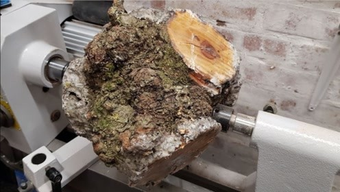 一块普普通通的木头,混合环氧树脂随便加工一下,成品价值翻几百倍