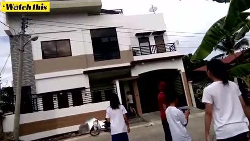 菲律宾棉兰老岛发生6.9级地震 居民双手合十祈祷
