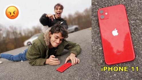 双胞胎弟弟将哥哥的新iphone11粘在地上!网友:满满土豪的味道!