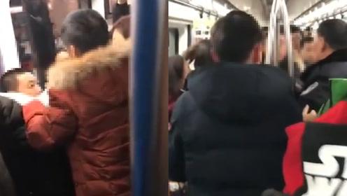女乘客北京地铁给老人让座,男子抢坐还反骂追了两节车厢