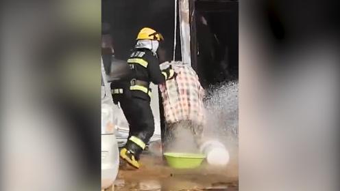 惊险!旬邑一彩钢板房突发大火 消防员徒手抱出正在燃烧的煤气罐