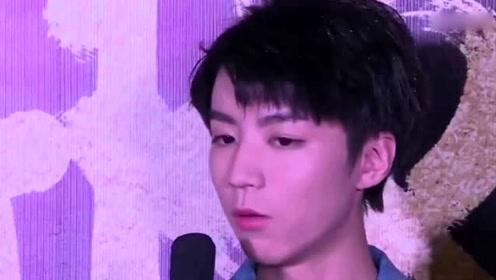 王俊凯被粉丝催更自拍交不出作业 换话题提醒保暖
