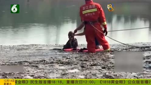 老人陷入水库淤泥无法脱身 消防连拉带拖将其救出