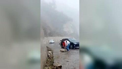 好心的司机冒着雨雪去搬挡在路上的石头,好人一生平安。传递正能量!
