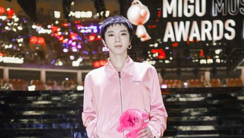 华晨宇粉色套装亮相音乐盛典 造型反差显得动感帅气