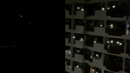 高校学生凌晨观看流星雨大合唱,考研党:睡觉吧,理智追星