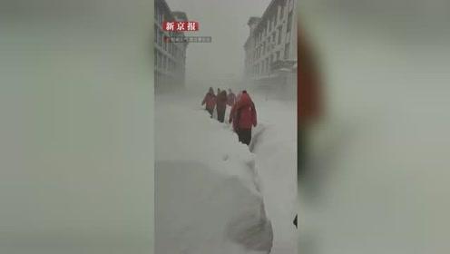西藏日喀则出现暴雪天气 学生在半米深雪道中穿行