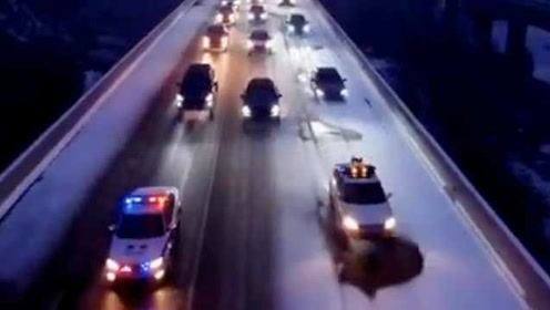 壮观!大雪封高速千辆车滞留,警车带道护送驶离