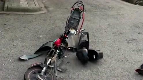 小伙骑电动车突然散架,这车是豆腐做的吧,刚买的二手车不应该这样啊!