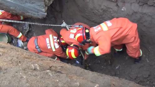 生死营救!消防员冒险救塌方事故被困工人,塌方现场土块不断掉落