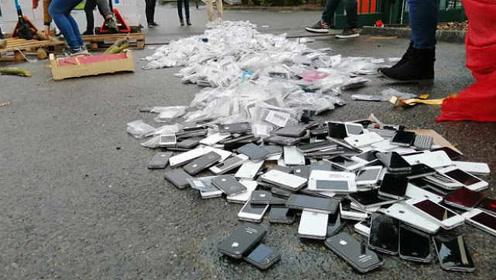 抗议工资低,法国员工开叉车碾压千台苹果手机