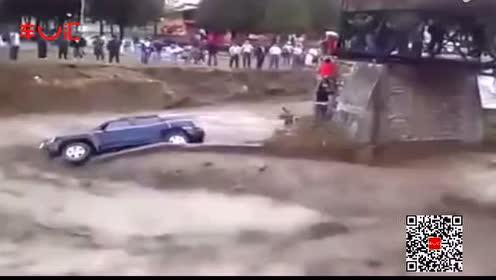 不靠谱!车主视生命为儿戏,力挡洪水只为救爱车