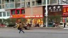 开着拖拉机到城里给旋转的木马拍MV - 腾讯视频