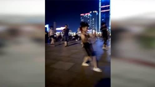 此萌娃一定是奶奶带大的,广场舞大跳《踩踩踩》每个动作十分到位