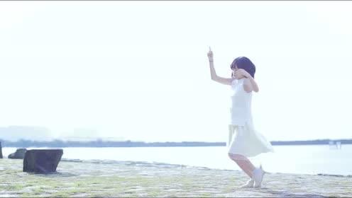 白衣女子在海边随浪起舞,看了之后真让人心酸