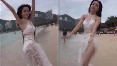 美女穿白纱海边跳C哩C哩 人美、景美、腿美