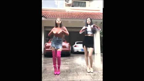 实拍两个跑车美女跳舞,舞姿优美,跑车华丽