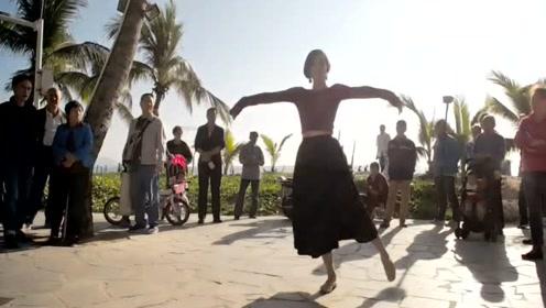 气质女神户外跳起了优雅舞蹈