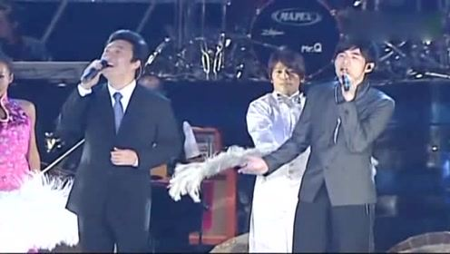 周杰伦世界巡回演唱会与费玉清一起现场演唱《千里之外》好听