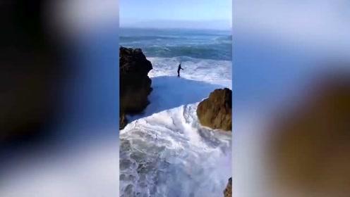惊险刺激!国外一男子在巨浪冲打下走扁带玩特技