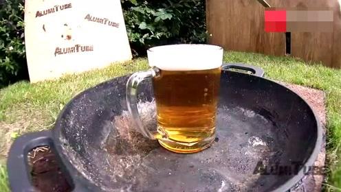 700度铝水倒入啤酒中,手机拿稳了,过程看得真过瘾!