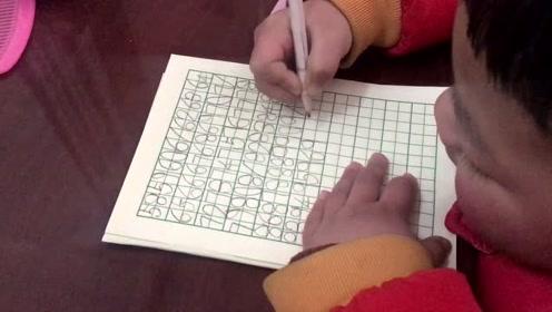 孩子写字勾手腕,你家孩子写字的姿势对吗