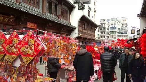 城隍庙的年味还是这么足,满大街卖对联灯笼的,好不热闹!