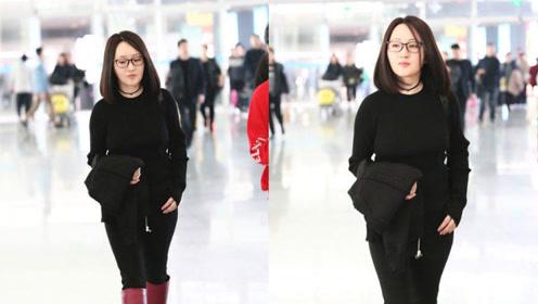 47岁杨钰莹红靴抢眼 戴黑框眼镜皮肤白皙