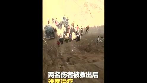 越野车极限爬坡翻车 两人被甩出一人被压