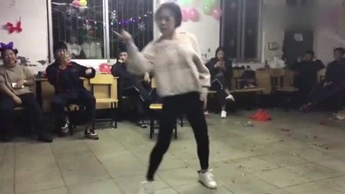 高中女老师一段舞蹈《samsara》,引全班学生尖叫一片